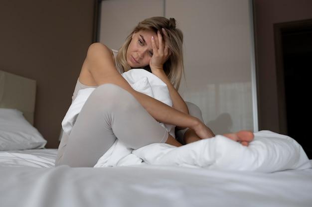 Volledig geschoten vrouw in bed