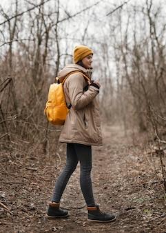 Volledig geschoten vrouw in bos