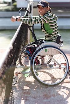 Volledig geschoten vrouw in rolstoel