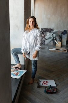 Volledig geschoten vrouw met canvas