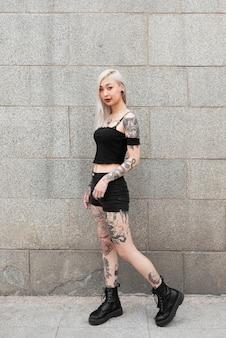 Volledig geschoten vrouw met tatoeages