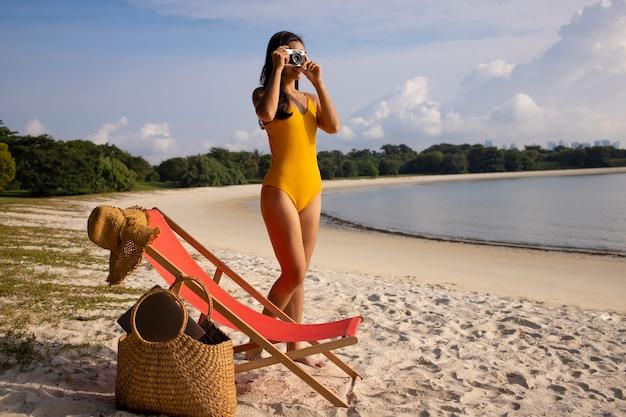 Volledig geschoten vrouw op het strand