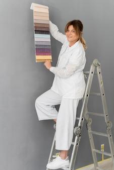 Volledig geschoten vrouw op ladder