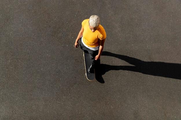 Volledig geschoten vrouw op skateboard