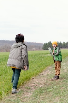 Volledig geschoten vrouw speelt met kind