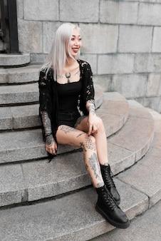 Volledig geschoten vrouw zittend op trappen