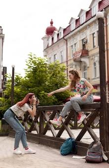 Volledig geschoten vrouwen die fotoshoot doen
