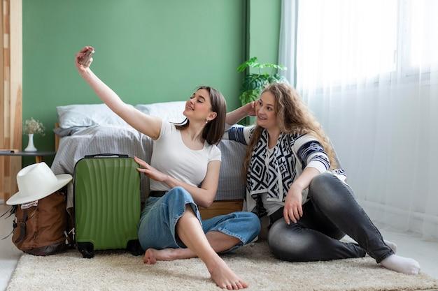 Volledig geschoten vrouwen die selfies nemen