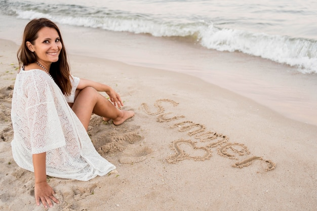 Volledig geschoten vrouwenzitting op zand
