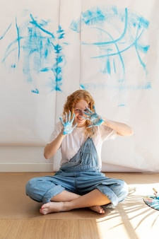 Volledig geschotene smileyvrouw met geschilderde palmen