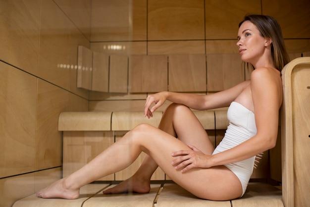Volledig geschotene vrouw bij sauna