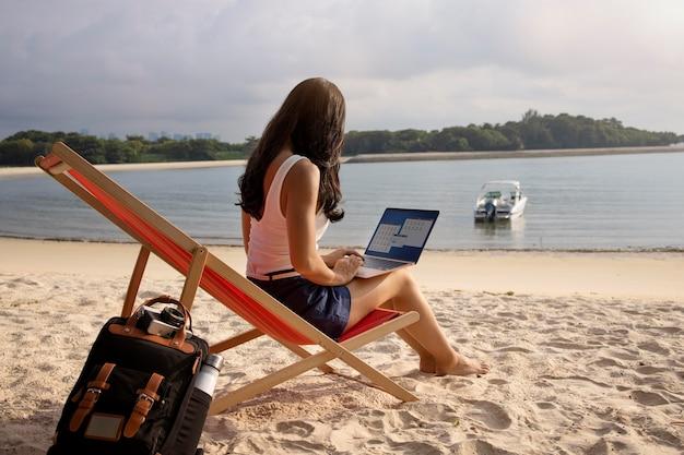 Volledig geschotene vrouw die aan laptop werkt