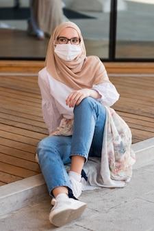 Volledig geschotene vrouw die beschermingsmasker draagt