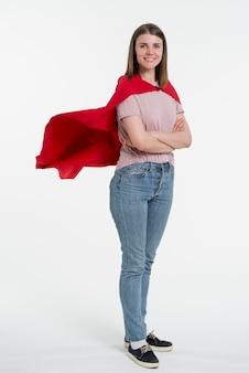 Volledig geschotene vrouw die rode kaap draagt