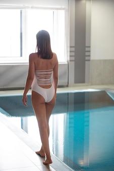 Volledig geschotene vrouw die zwempak draagt