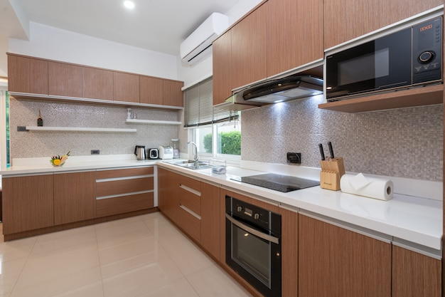 Volledig ingerichte westerse keuken in moderne woning