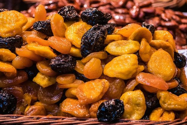 Volledig kader van gedroogd fruit op de markt.
