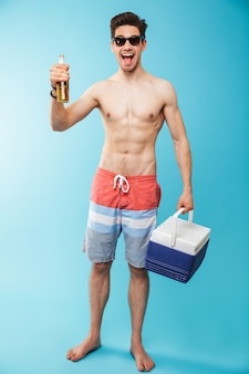 Volledig lengteportret als een gelukkige man zonder shirt
