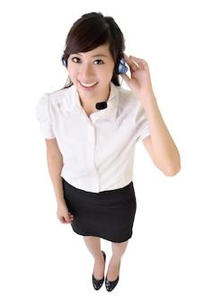 Volledig lengteportret van aziatische die klantenservice op wit wordt geïsoleerd.