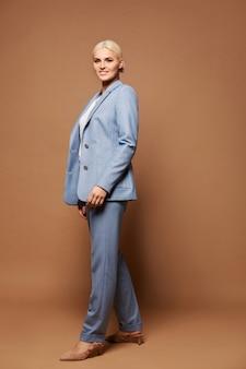 Volledig lengteportret van de modieuze jonge vrouw in een trendy blauw kostuum. concept zakelijke mode en schoonheid
