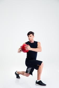 Volledig lengteportret van de training van de sportenmens met geïsoleerde geschiktheidsbal