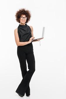 Volledig lengteportret van een bedrijfsvrouw in formele slijtage