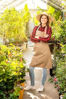 Volledig lengteportret van een bedrijfsvrouw in haar groene het glimlachen gelukkige baan tevreden positief