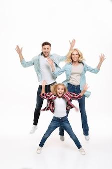 Volledig lengteportret van een gelukkig gezin met een kind Gratis Foto
