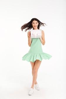 Volledig lengteportret van een gelukkig meisje gekleed in kleding