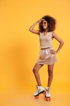 Volledig lengteportret van een gelukkige afro amerikaanse vrouw