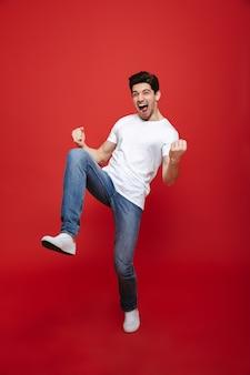 Volledig lengteportret van een gelukkige jonge mens