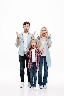 Volledig lengteportret van een geschokt jong gezin
