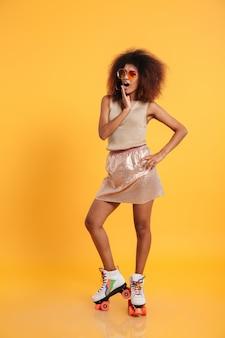 Volledig lengteportret van een geschokte afro amerikaanse vrouw