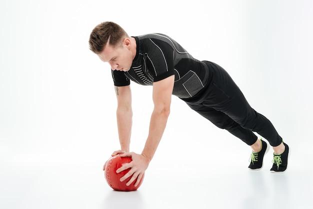 Volledig lengteportret van een gezonde atletenmens die oefeningen doet