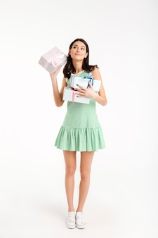 Volledig lengteportret van een glimlachend meisje gekleed in kleding