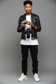 Volledig lengteportret van een glimlachende afro-amerikaanse kerel