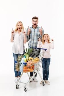 Volledig lengteportret van een glimlachende familie
