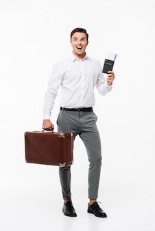 Volledig lengteportret van een glimlachende gelukkige mens in wit overhemd