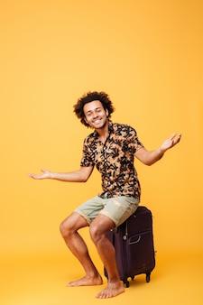 Volledig lengteportret van een glimlachende jonge afro amerikaanse mens