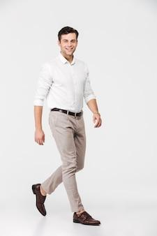 Volledig lengteportret van een glimlachende jonge mens
