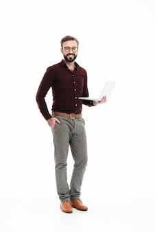 Volledig lengteportret van een glimlachende knappe man