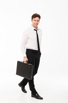 Volledig lengteportret van een glimlachende knappe zakenman