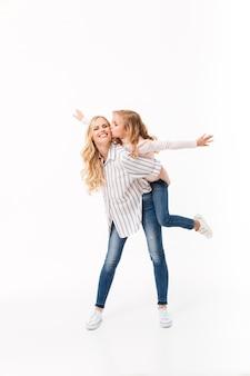 Volledig lengteportret van een glimlachende moeder