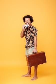 Volledig lengteportret van een glimlachende vrolijke afro amerikaanse mens