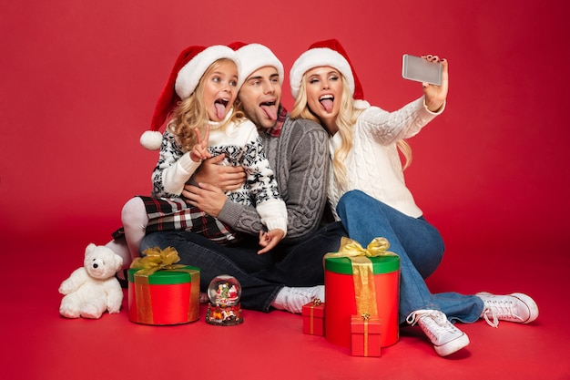 Volledig lengteportret van een grappig gezin met een kind