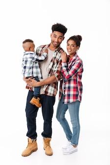 Volledig lengteportret van een houdende van jonge afrikaanse familie