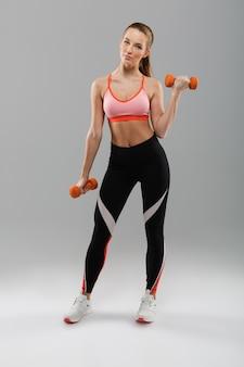 Volledig lengteportret van een jong geschikt sportmeisje
