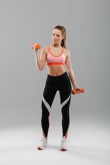 Volledig lengteportret van een jonge aantrekkelijke sportenvrouw