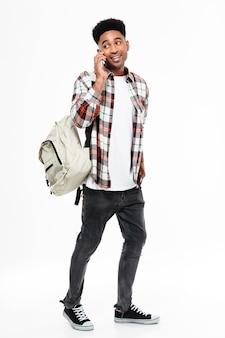Volledig lengteportret van een jonge afrikaanse mannelijke student
