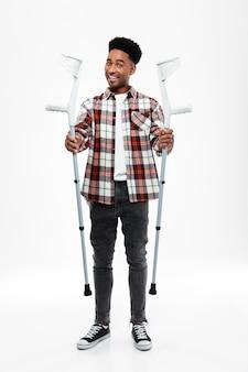 Volledig lengteportret van een jonge afro amerikaanse mens